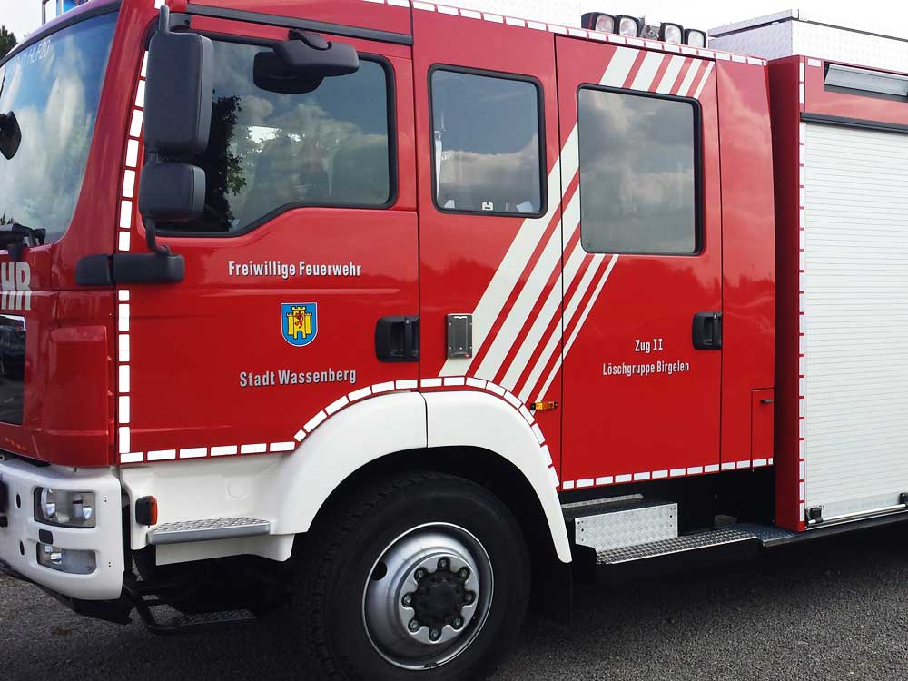 Feuerwehr: Streifendesign und Beschriftung